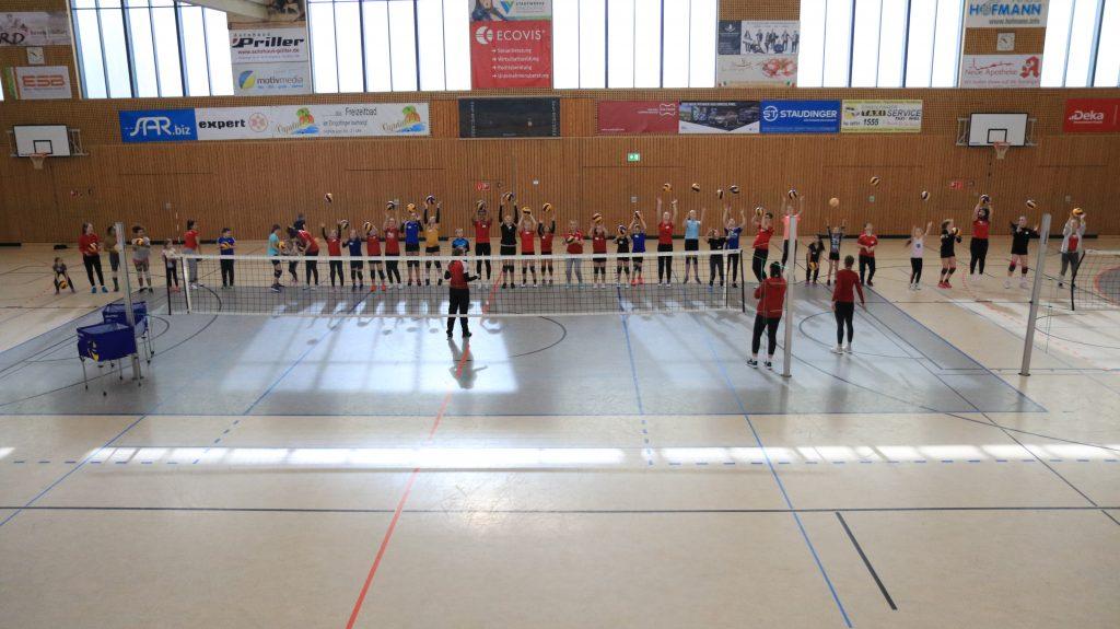 Ca. 35 Kinder erprobten ihre Fähigkeiten beim Volleyball